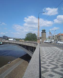Pohled na předpolí mostu z Rašínova nábřeží v červnu 2020 (foto D. Broncová)