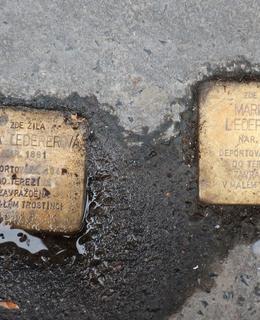 Místo v dlažbě jsou kameny nyní umístěny v asfaltovém chodníku. (Foto M. Polák)