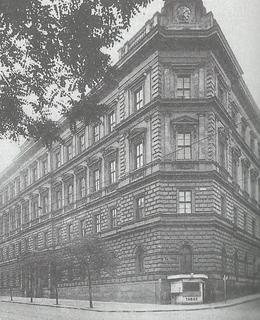 Budova školy brzy po dostavbě