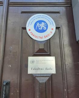 Cedulka s názvem dnešní školy (foto D. Broncová)
