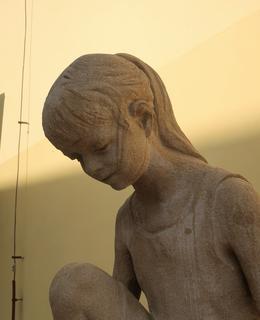 Hrající si děvčátko, detail (Foto M. Polák, září 2020)