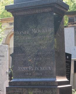 Architektův hrob v ostrém letním protislunci (Foto M. Polák, srpen 2020)