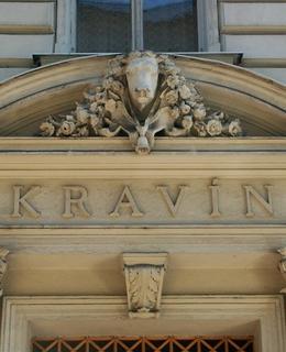 Usedlost připomíná nápis a plastika nad vchodem domu Budečská 781/26 (Foto M. Polák, 2009)