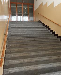 Schody k velkému sálu (Foto M. Polák, 2020)