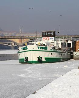 Tak jako v zimě 2012 Vltava zamrzá jen málokdy (Foto M. Polák)