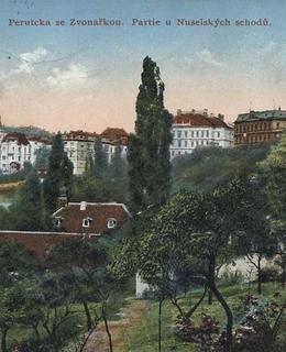 Vondračka, Perucka (a nad střechou Vondračky kaple sv. Rodiny)