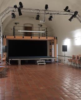 """Kvůli """"kovidové vylýce"""" osiřelý divadelní sál v října 2020 (Foto M. Polák)"""