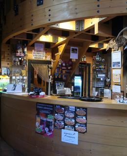 Útulná kavárna kvůli kovidovám opatřením bez návštěvníků (Foto M. Polák, říjen 2020)