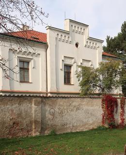 Kapitulní rezidence (Farní dům) - pohled od hřiště (Foto M. Polák, říjen 2020)