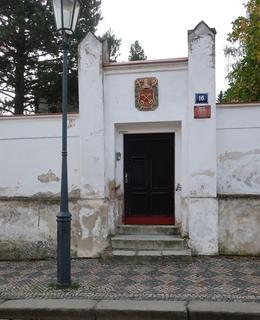 Vchod do kapitulní rezidence z ulice K Rotundě (Foto M. Polák, 2020)