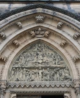 Tympanon kostela sv. Petra a Pavla (Foto M. Polák, 2020)