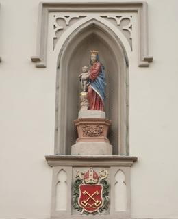 Soška P. Marie s Ježíškem v nice nad znakem Vyšehradské kapituly (Foto M. polák, 2020)