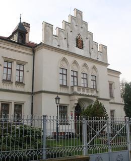 Litinový zdobený plot, za ním čestný dvůr a děkanství (Foto M. Polák, 2020)