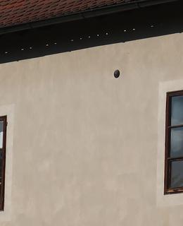 Dělová koule ve fasádě (Foto M. Polák, 2020)