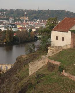 Z vyhlídky nad Libušinou skálou. Vpravo Galerie. (Foto M. P/olák, říjen 2020)
