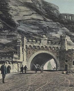 Vyšehradská sklá s tunelem a Libušinou lázní na dobové pohlednici