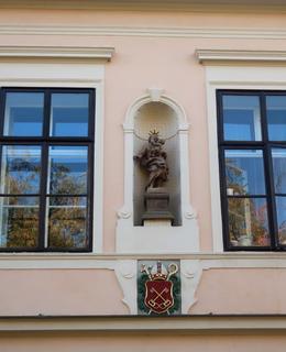 Socha sv. Josefa s kapitulním znakem (Foto M. Polák, říjen 2020)