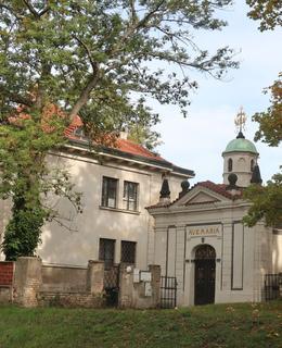 Vikárka vedle kaple P. Marie Šancovní (Foto M. Polák, říjen 2020)