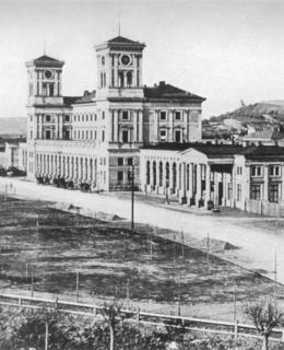 Hlavní průčelí nádraží Franze Josefa po dostavbě, kolem 1871, F. Fridrich, MMP