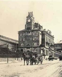 Nádraží Franze Josefa s novou budovou a zastřešením kolejiště, kolem 1912, MMP