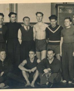 Karel Evald (stojící čtvrtý zleva) se sokolskými cvičenci