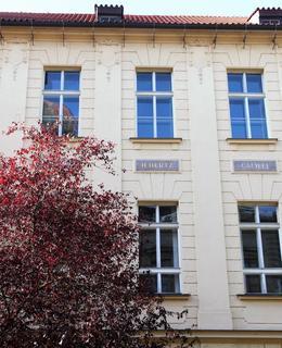 Jména vědců na fasádě (Foto M. Polák)