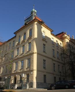 Fyzikální ústav od jihozápadu (Foto M. Polák, 2020)