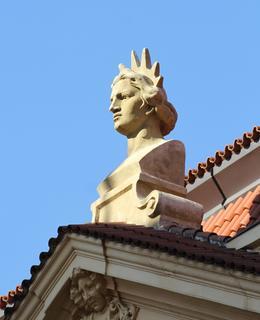 Výzdoba na jižní straně budovy (Foto M. Polák, 2020)
