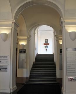 Umístění pamětní desky na schodišti MFF UK (Foto M. Polák, 2020)