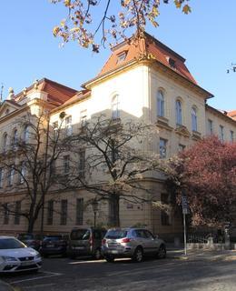 Budova Fyzikálního ústavu (Foto M. Polák, listopad 2020)