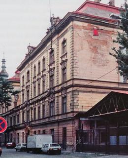 V roce 1996 již byla ukončena výroba uzenin, ale přestavba na hotel ještě nezačala. (Foto M. Polák)