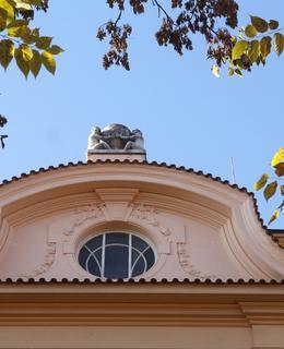 Zdobné prvky fasády (Foto M. Polák, 2020)
