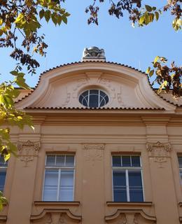 Zdobné prvky fasády a oken (Foto M. Polák, 2020)