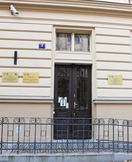 Vchod do budovy Albertov 7 (Foto M. Polák, 2020)
