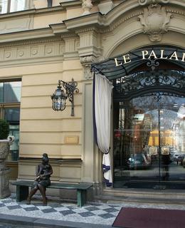Vchod do hotelu v roce 2007 (Foto M. Polák)