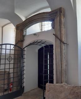 Portál je přenesen z kapitulního kostela sv. Petra a Pavla (foto Dagmar Broncová, 6.11.2020)