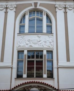 Výzdoba prostředního rizalitu s termálním oknem (Foto M. Polák, 2020)