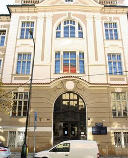 Prostřední rizalit budovy ústavů (Foto M. Polák, 2020)