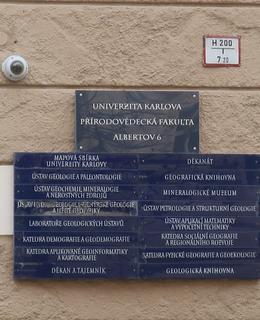 Názvy institucí sídlících v budově na tabulích u vchodových dveří (Foto M. Polák, 2020)
