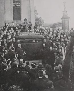 Rakev Sv. Čecha na katafalku na Slavíně (Foto Zlatá Praha)