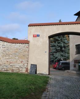 Socha sv. Prokopa v nice zdi hospodářského dvora (Foto M. Polák, 2020)