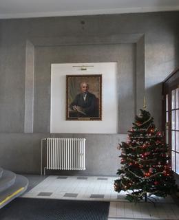 Portrét J. E. Purkně u vchodových dveří v době adventní (Foto M. Polák, 2020)