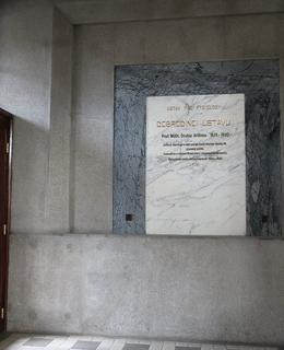 Umístění desky za vchodovými dveřmi (Foto M. Polák, prosinec 2020)