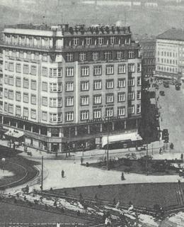 Palác Valdek má průčelí na náměstí Míru, 30. léta
