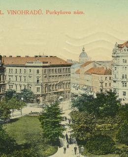 Starý Valdek na náměstí Míru, tehdy Purkyňově, vzadu kupole Národního muzea