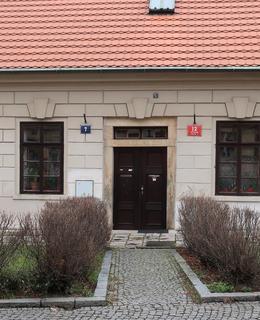 Bosovaná fasáda a svazkové klenáky (Foto M. Polák, prosinec 2020)