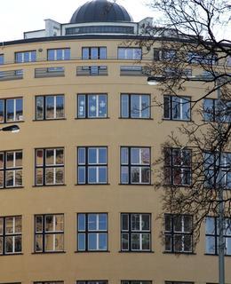 Elegantní průčelí funkcionalistické budovy (Foto M. Polák, 2019)