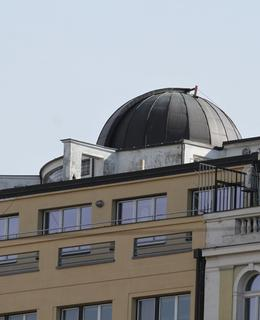 Hvězdářská kopule na střeše budovy (Foto M. Polák, 2018)