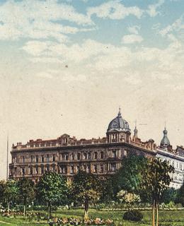 Vlevo původní budova gymnázia, vpravo křesťanský penzionát, který se dochoval do dnešnícj dnů.