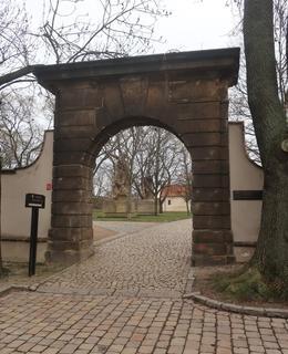 Brána vytvořená ze dvou portálů zbrojnice (Foto M. Polák, 2020)